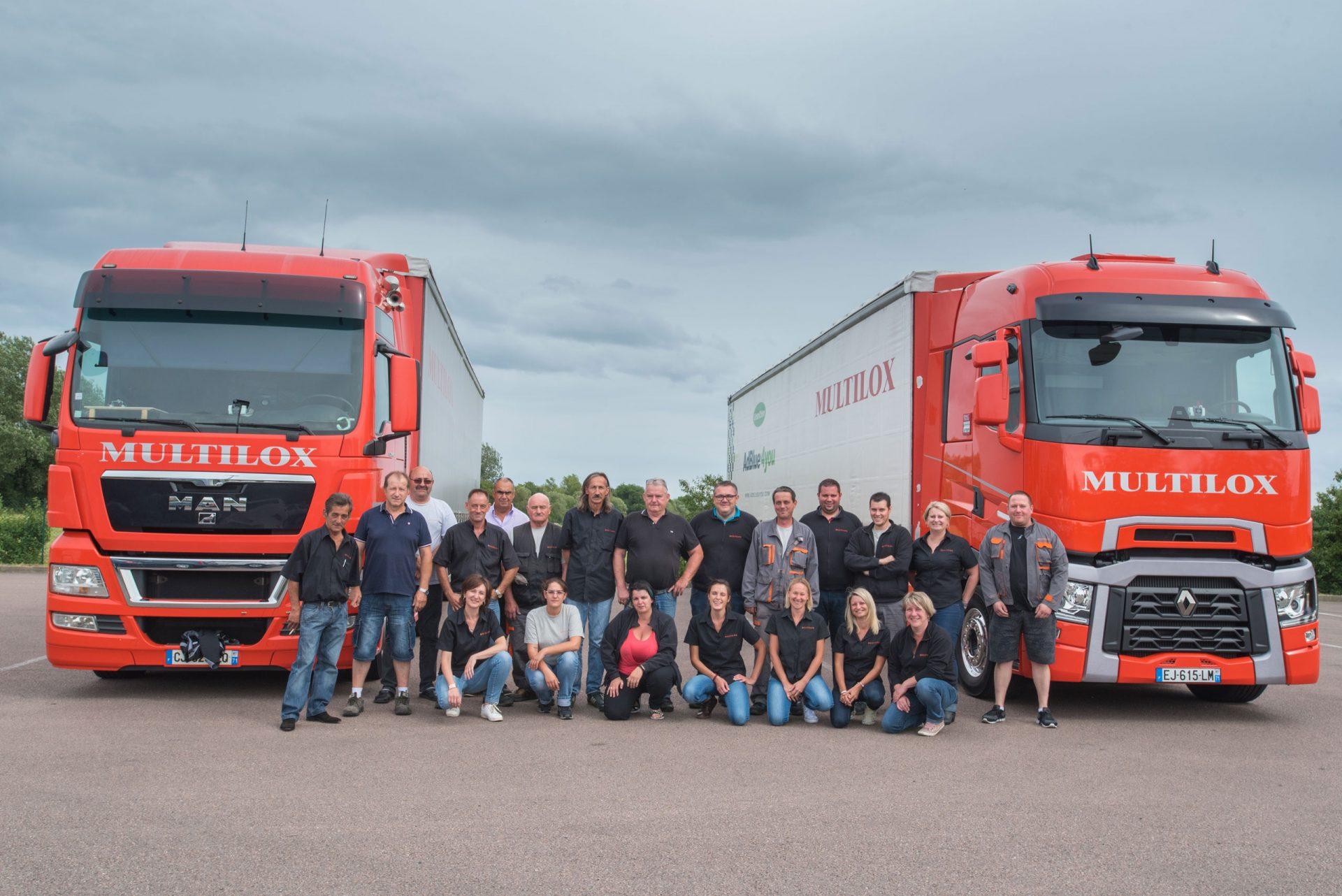 Toutes l'équipe de multilox devant les camions de la société